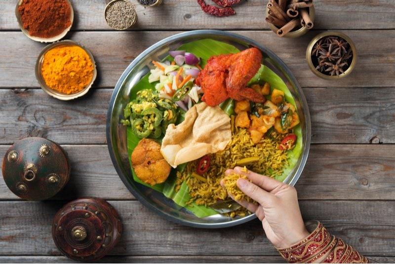 indisk mat med händerna