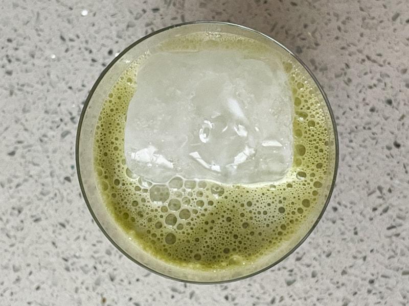 matcha latte med mjölk och is